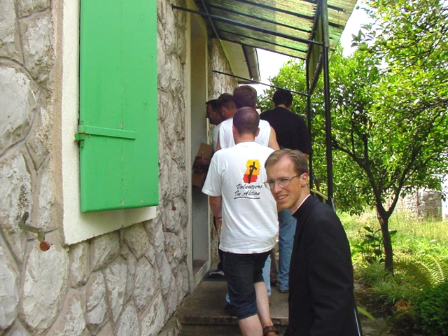 P. George Elsbett LC begleitet österreichische Jugendliche auf einem Missionseinsatz in Montenegr